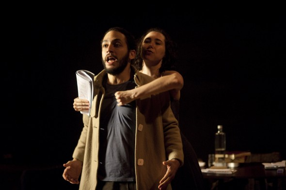 Atores: Caetano Gotardo e Mariana Tranjan. Foto: Nelson Kao
