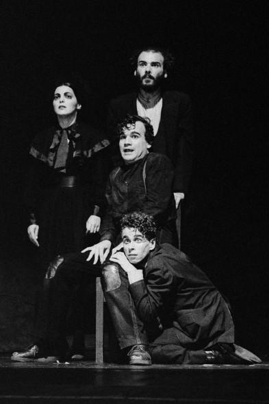 Álbum de Família – Grupo Galpão (1991). Foto: Guto Muniz. Em cena: Wanda Fernandes, Eduardo Moreira, Beto Franco e Rodolfo Vaz.