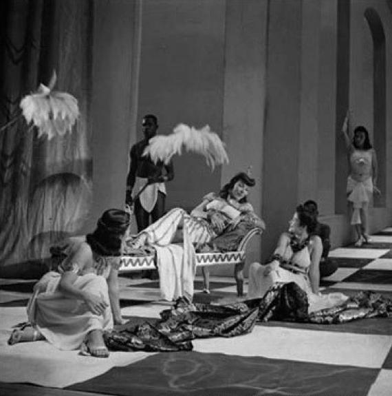 César e Cleópatra (1944).Em cena: Dulcina de Moraes e elenco. Foto: Carlos Moskovics.