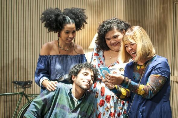 Em cena: Camila Moura, Simone Mazzer e Verônica Rocha. Abaixo, na cadeira, Felipe Frazão. Foto: Daniel Barboza.