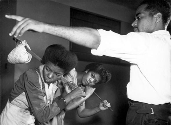 """Ensaio de """"O Imperador Jones"""" -Teatro Experimental do Negro – Foto: José Medeiros. Em cena: Arinda Serafim, Marina Golçalves e Abdias Nascimento."""