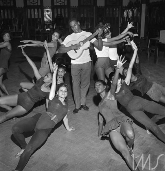 """Haroldo Costa à frente do elenco de """"Orfeu da Conceição"""" (1956).Foto: José Medeiros. Teatro Municipal do Rio de Janeiro."""