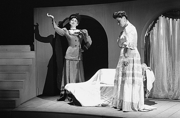 Vestido de Noiva (1943) . Em cena: Maria Fernanda e Stella Perry. Foto: Carlos Moskovics.