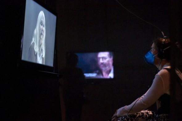 Eu assistindo à cena com Maria Esmeralda. Foto: Daniel Barboza.